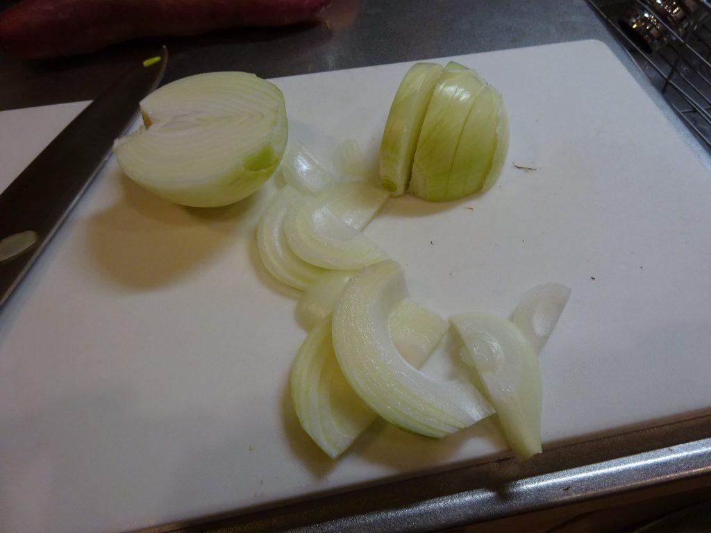 玉ねぎ他野菜をカット