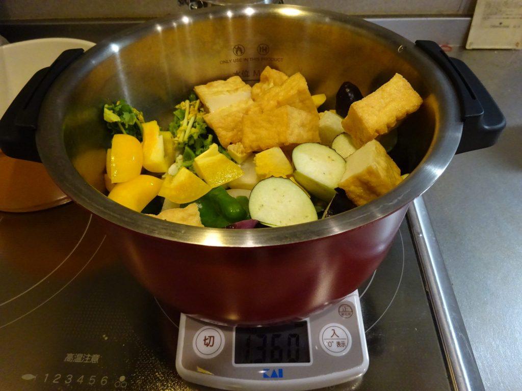 野菜をカットして鍋に投入