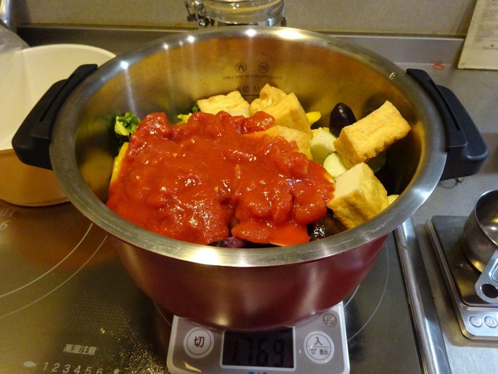 トマト缶を投入