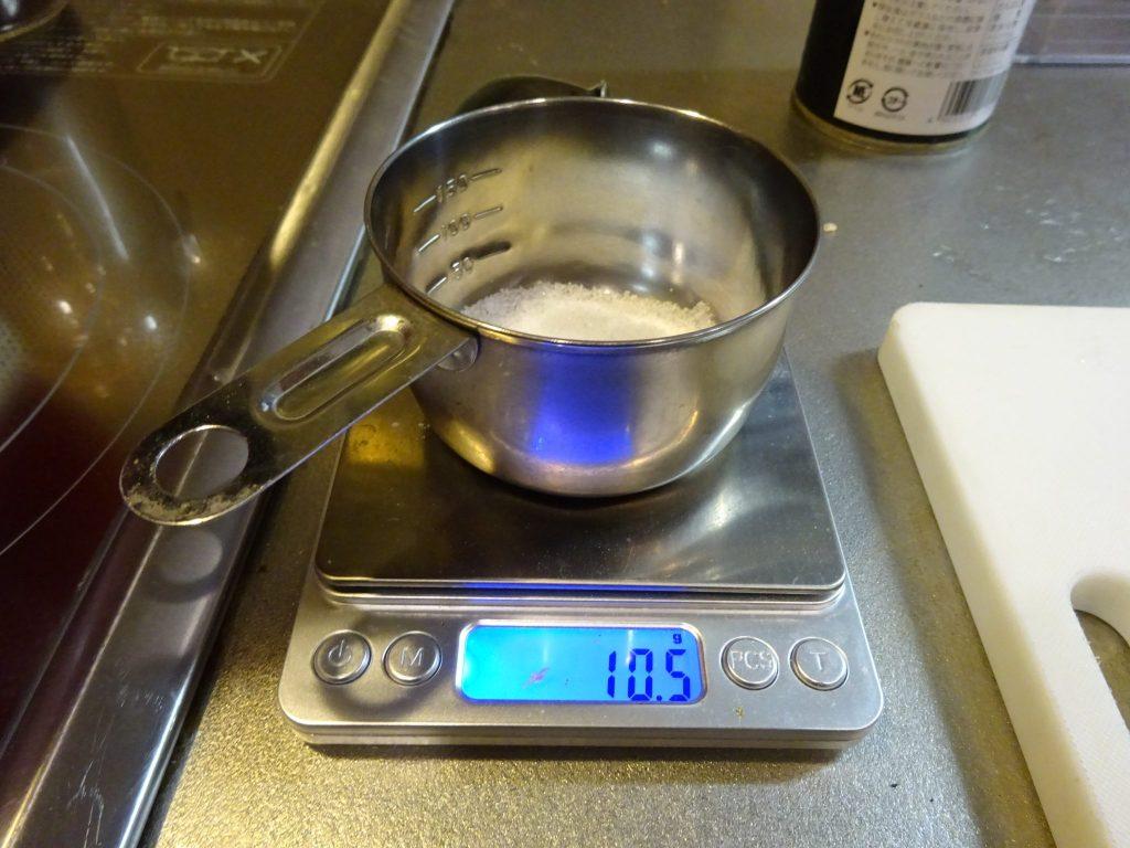 具材の0.6%の塩を計量して投入
