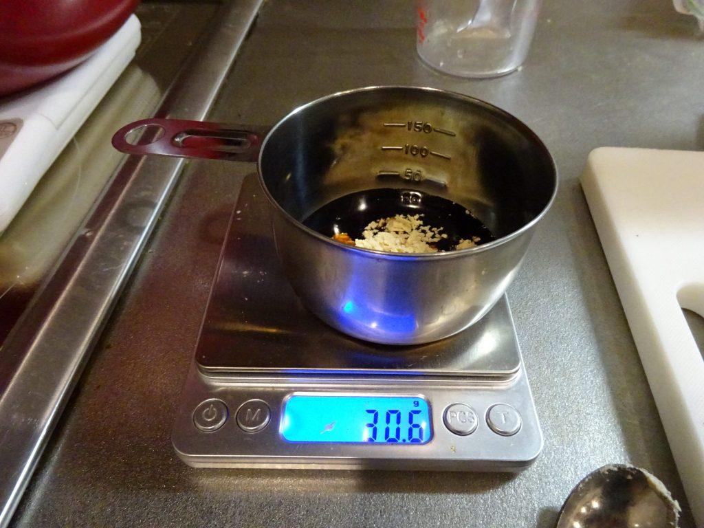 味噌、醤油、中華出汁投入