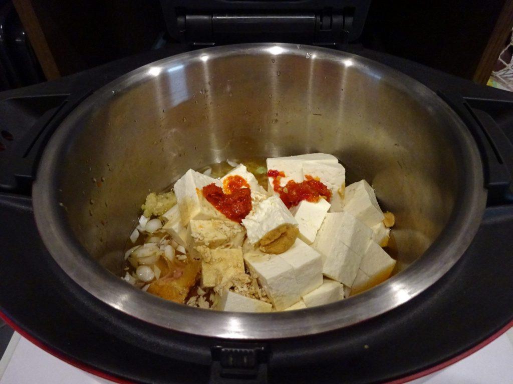 鍋をホットクックにセットします