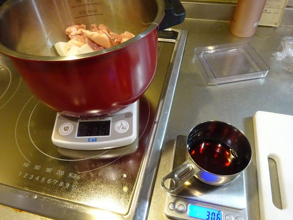 大根と鶏を鍋の中へ