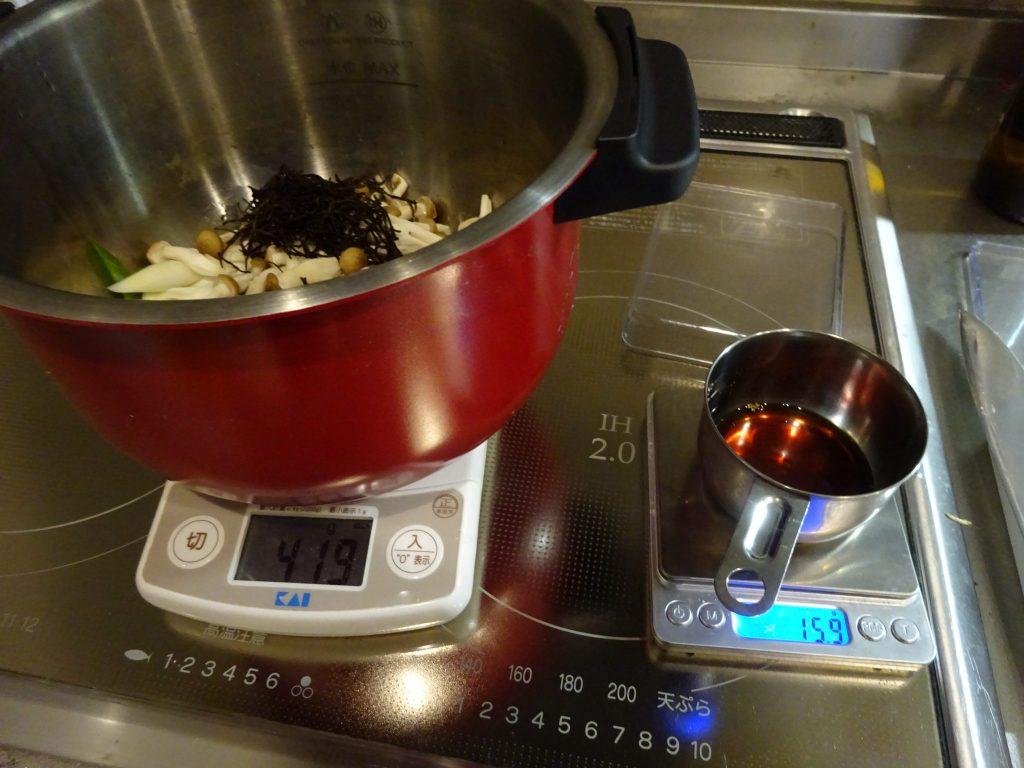 材料を切って鍋に、しょうゆで味付け