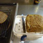 全粒粉100%のパンをスライス