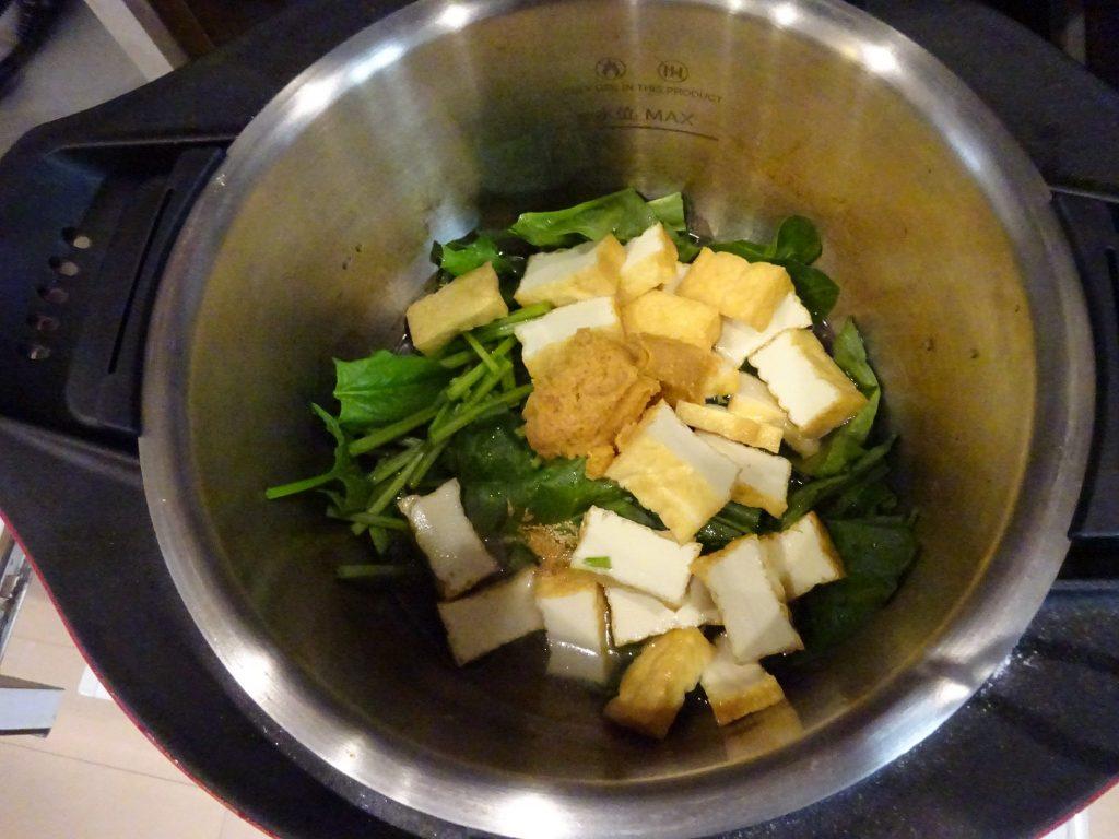 味噌を計量して鍋に