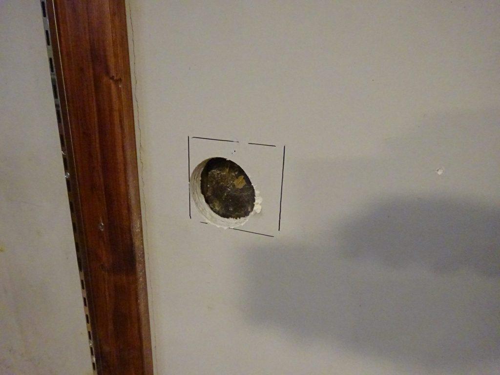 壁に穴を開ける