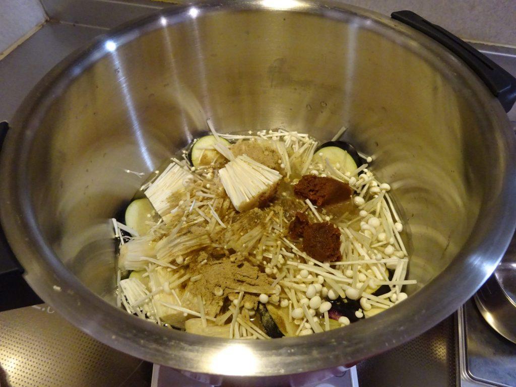 材料、水、煮干し粉、味噌を投入