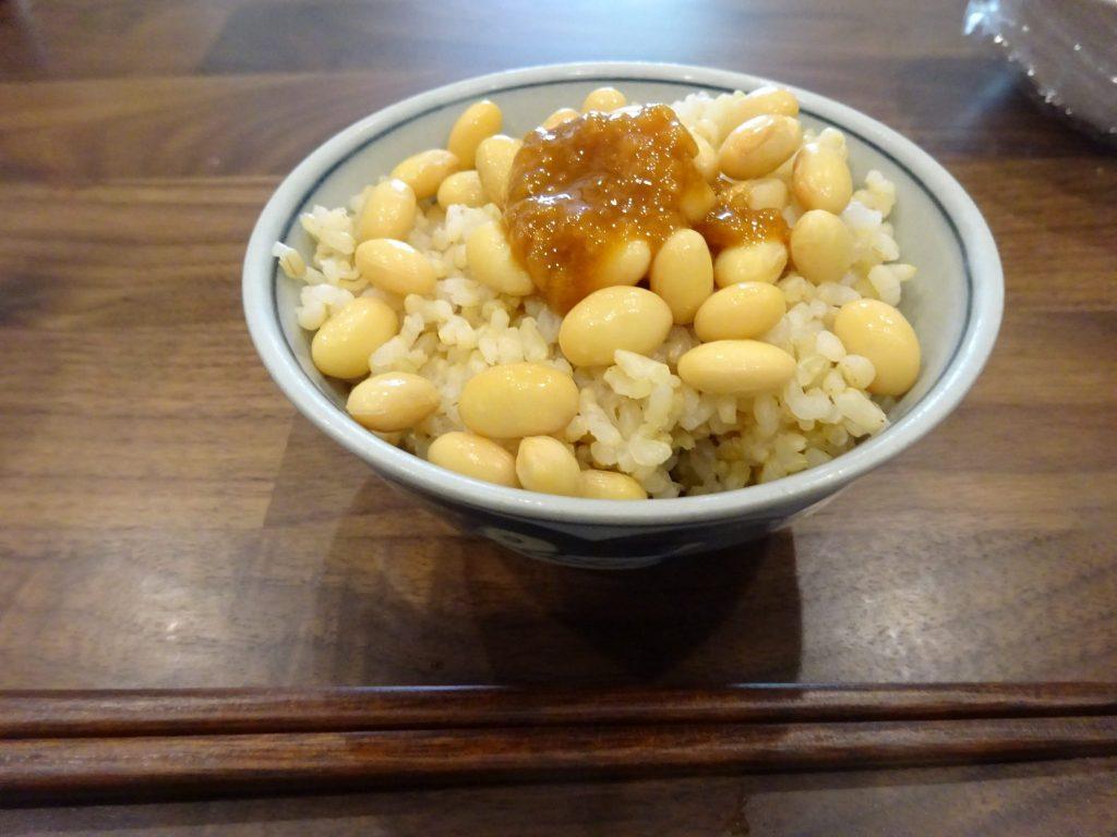 玄米ご飯に蒸した大豆と醤油麹乗せ