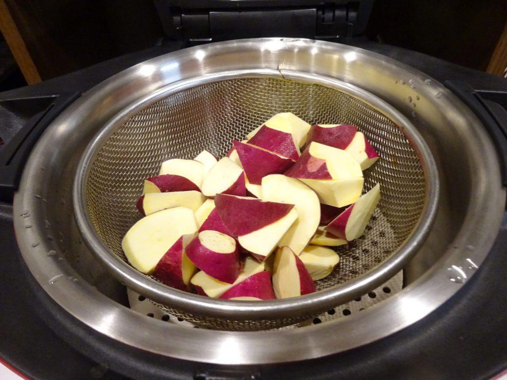 サツマイモをホットクックにセット