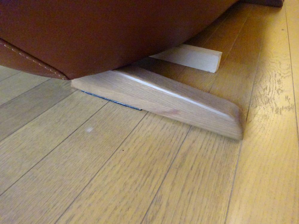 ソファー後ろ脚は変わった形状