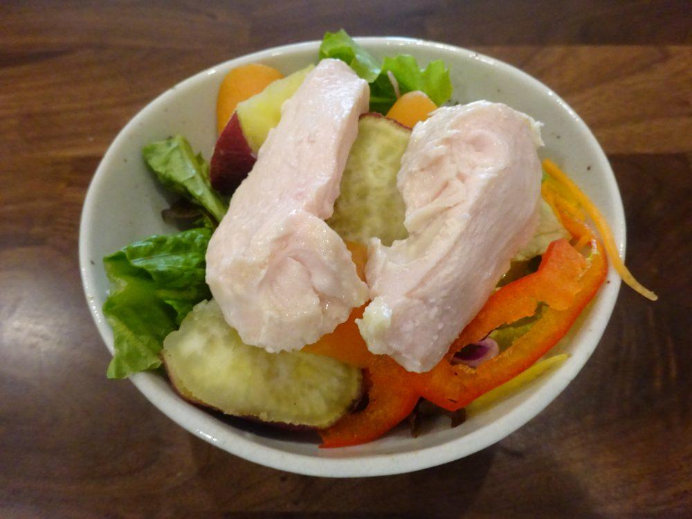 サラダに鶏ハムを載せて