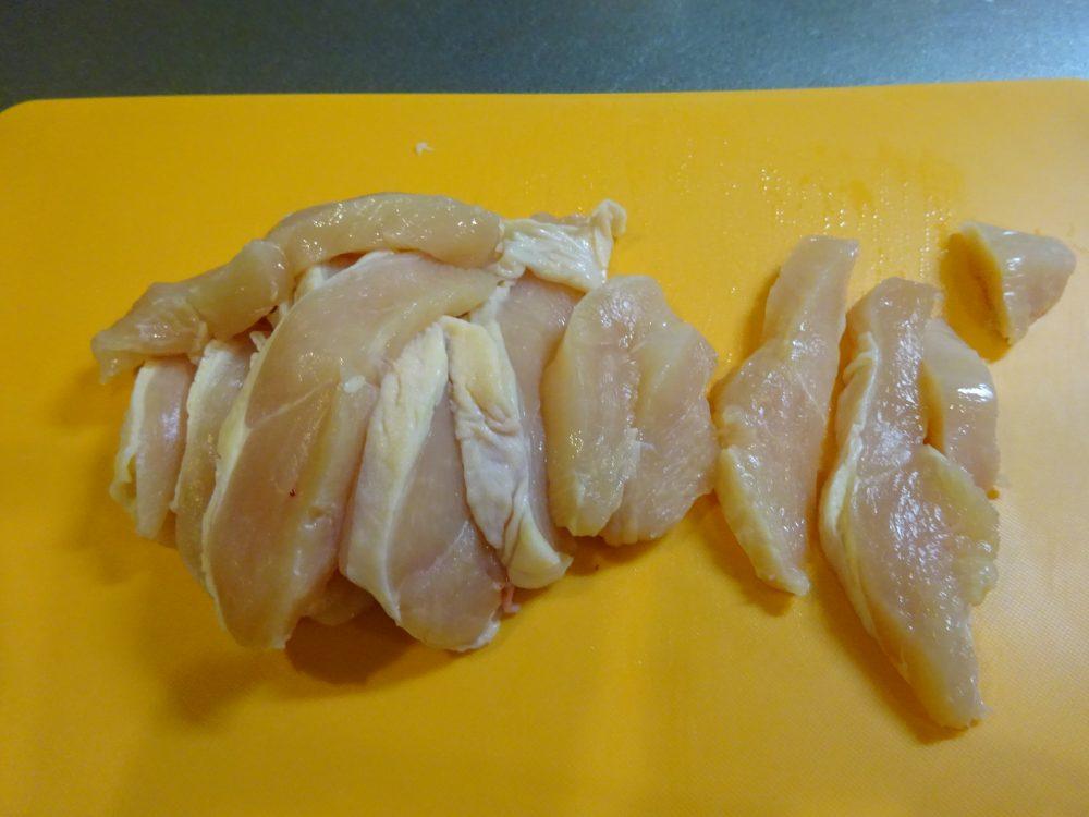 鶏むね肉を薄切りに