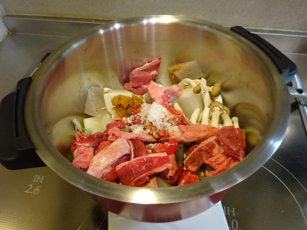 味噌と醤油で牛すじ煮込み味付け