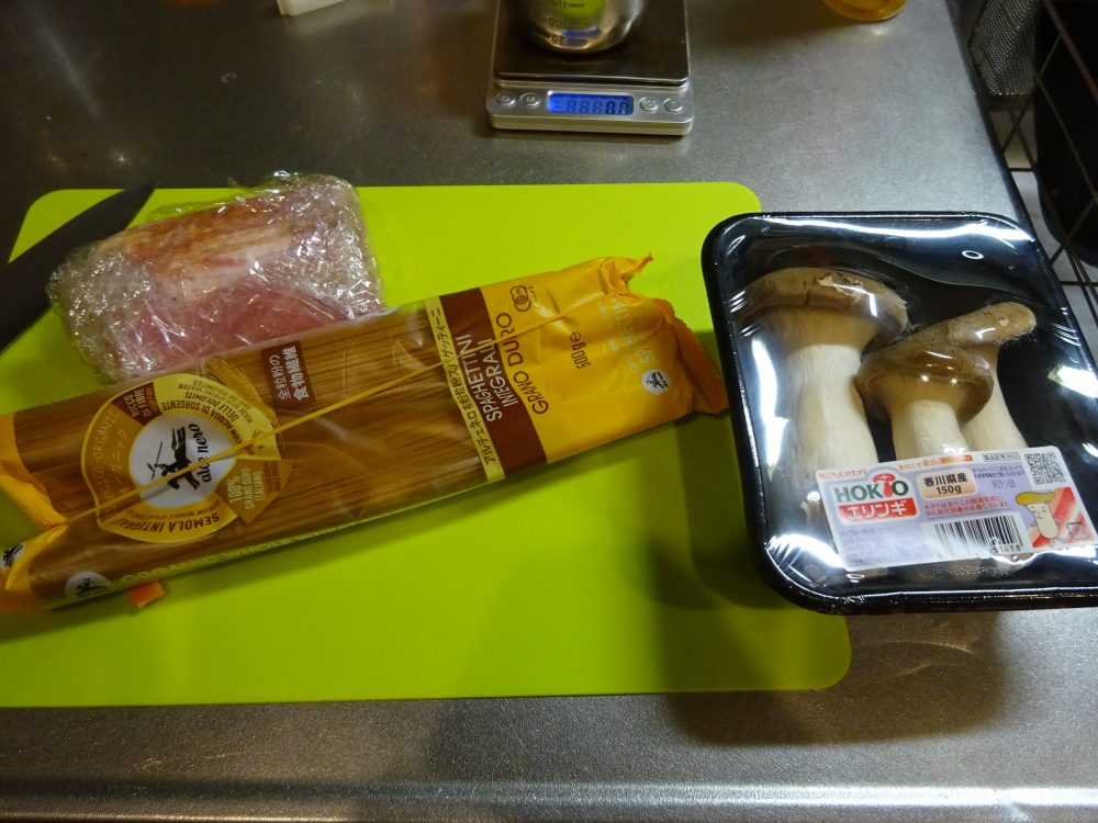 ベーコンとしめじ、全粒粉パスタでペペロンチーノの材料