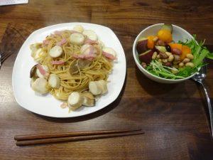 パスタとサラダの夕食