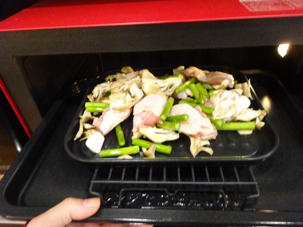 魚焼きトレーにアスパラ鶏肉を広げてヘルシオに