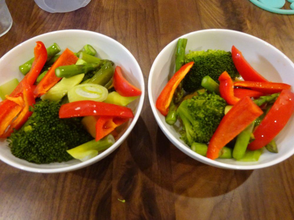 蒸した野菜を器に盛り付け