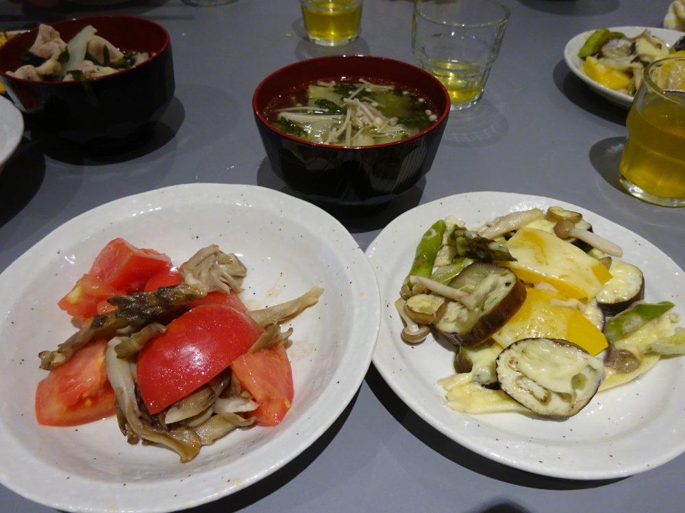 鶏の塩スープ、野菜チーズ焼き、蒸しキノコのサラダ