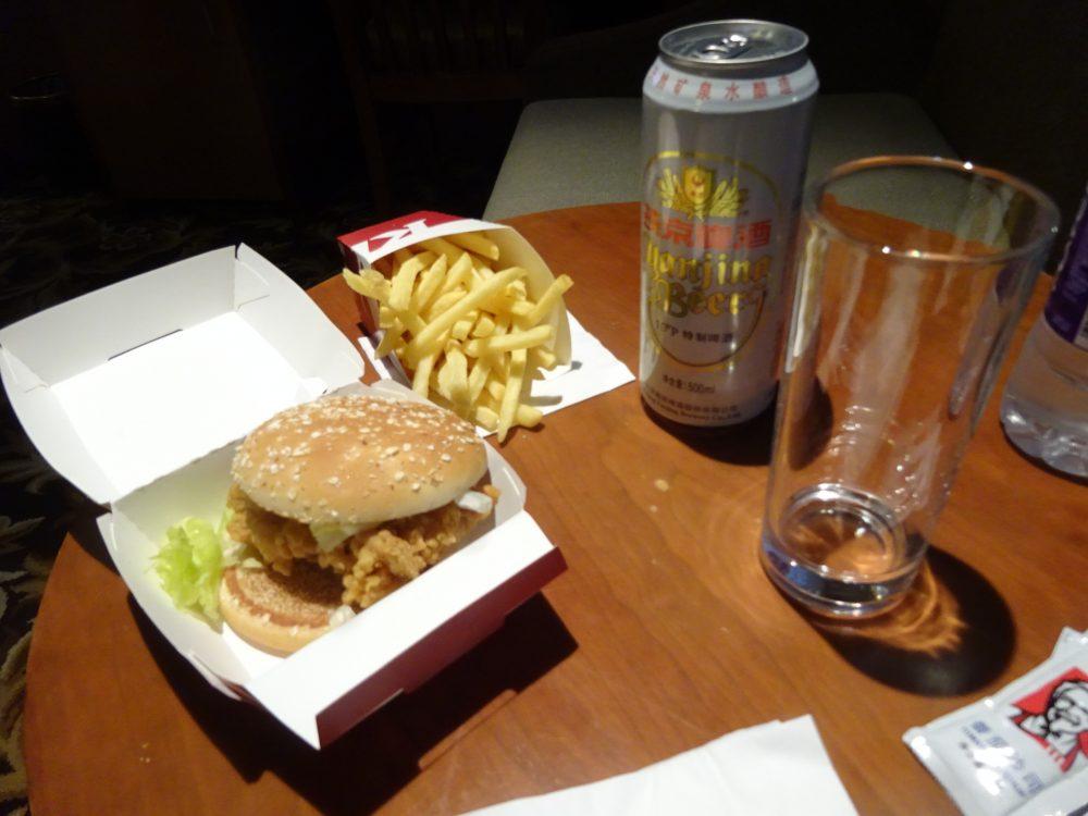 ハンバーガーとポテトとビール