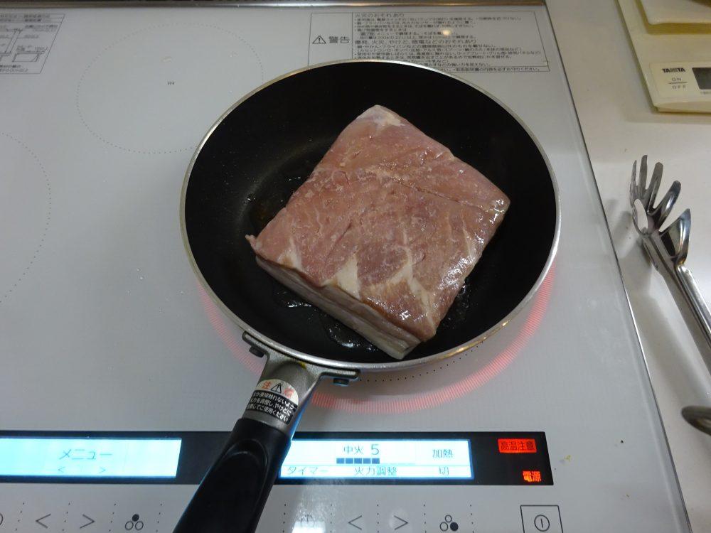 豚ハム、油を敷いて焦げ目付け