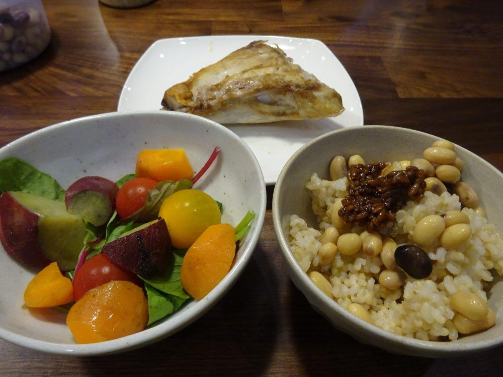 この日の夕食はぶりかまと根菜のサラダ。豆と醤油麹乗せ玄米