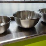 キッチン前、出窓の棚には頻繁に使う調理器具を置くことにしました