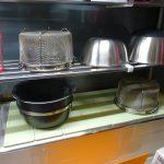 出窓に珪藻土コースターを敷き詰めて、調理器具の乾燥スペースを作ってみた