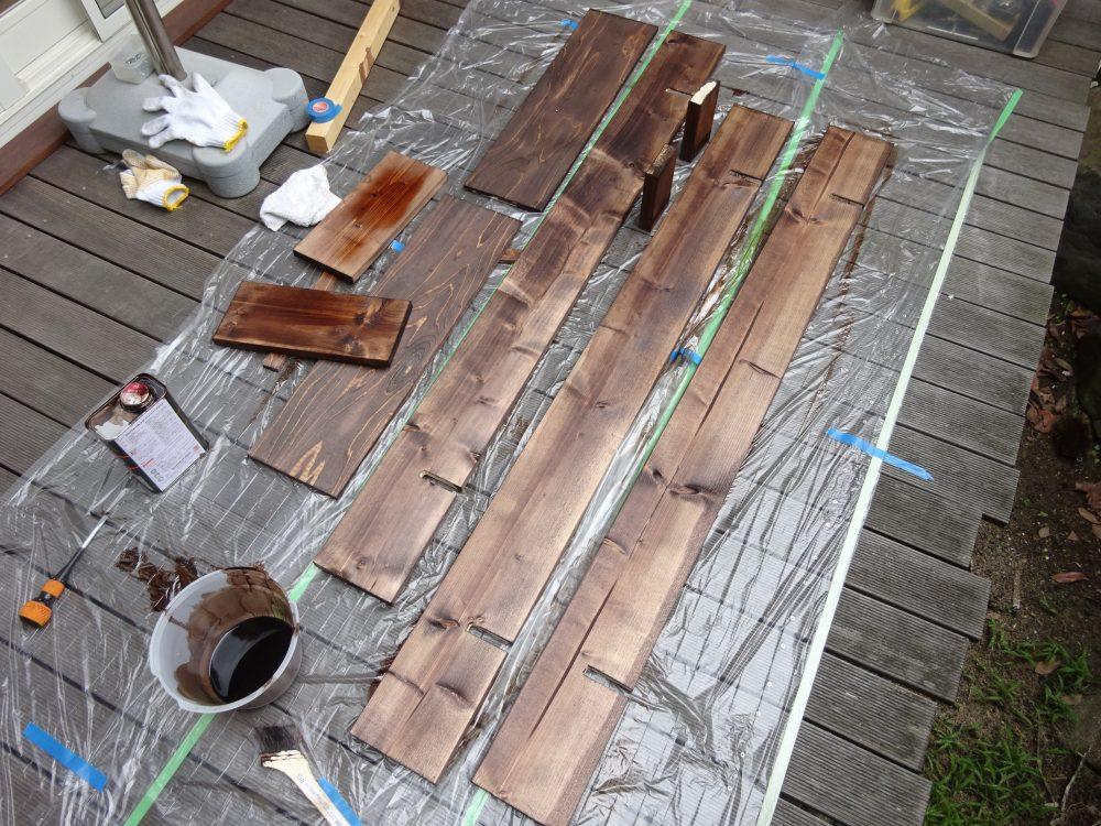 木材を切って塗装して