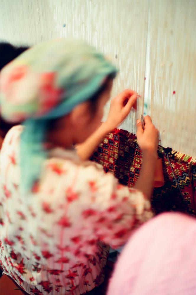 モロッコ製カーペットは手編みです