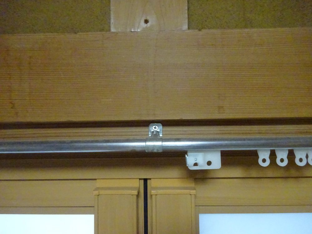 カーテンレールを長押の下に付けてるので床に擦る