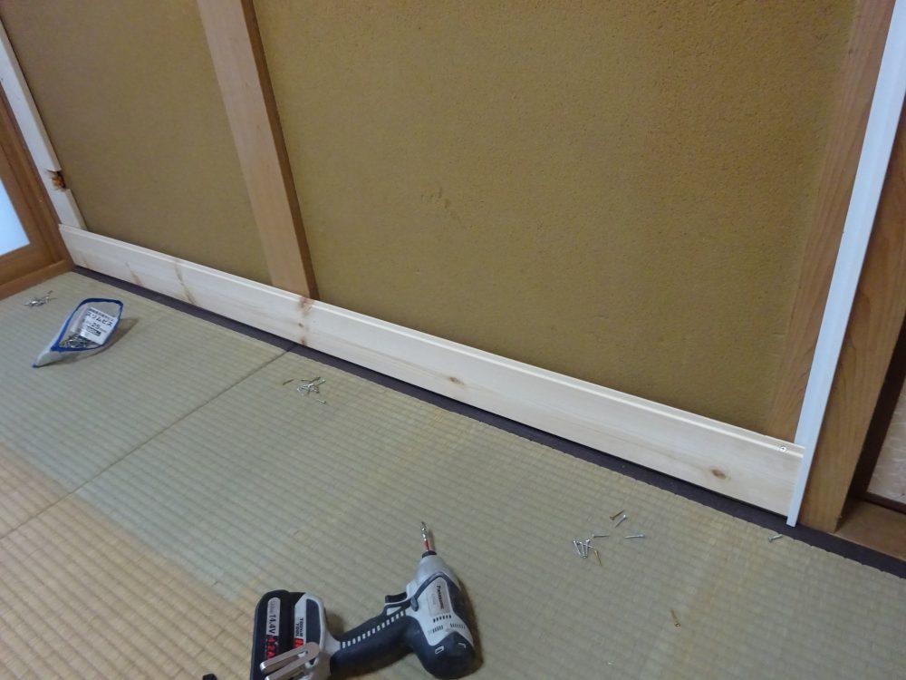壁一面に羽目板施工