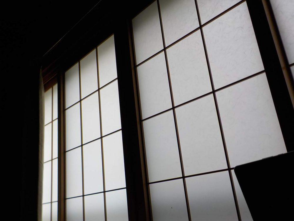 朝になるとカーテンが開いて光が差し込みます