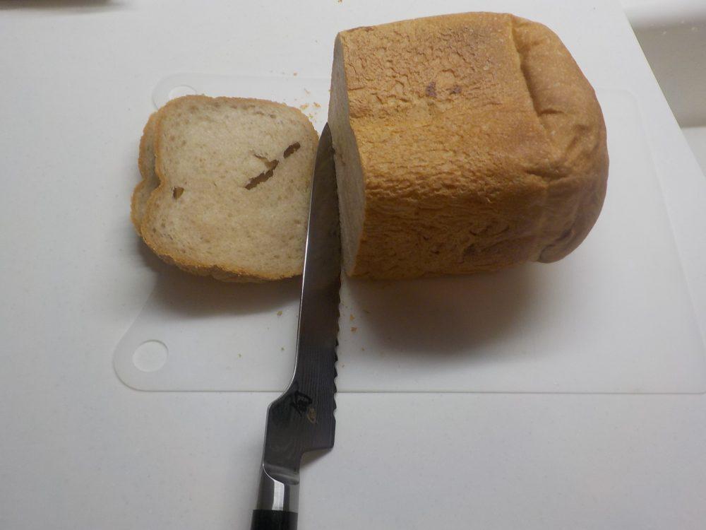 貝印旬でパンを切る