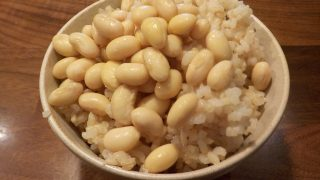 蒸した大豆を乗せて食べるのが好きです