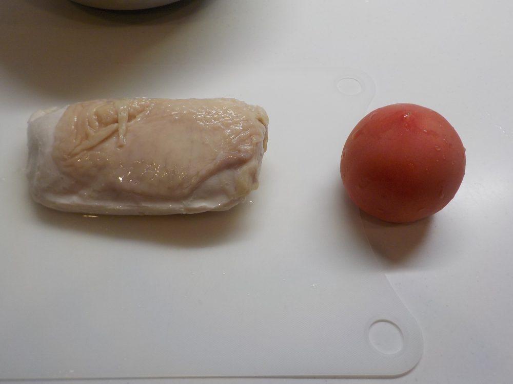 鶏ハムにトマトを加えて後は塩コショウとオリーブオイルだけ