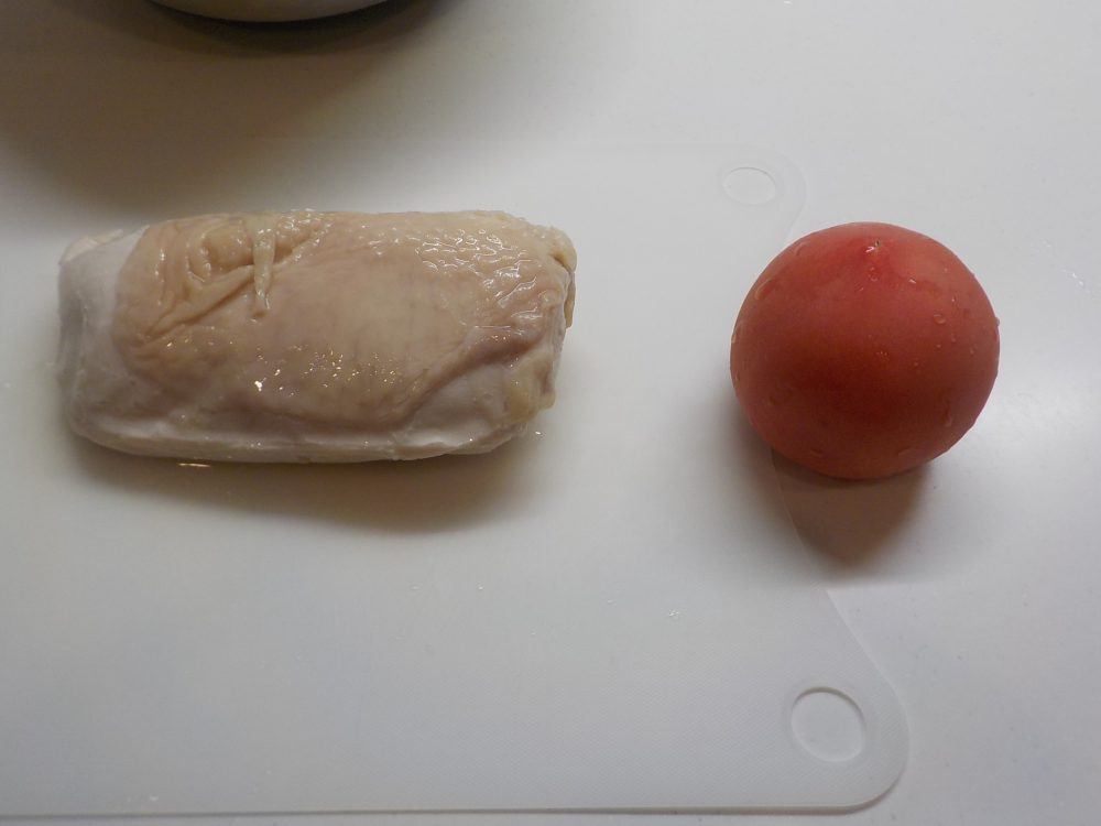 鶏ハムとトマト、味付けは塩のみ